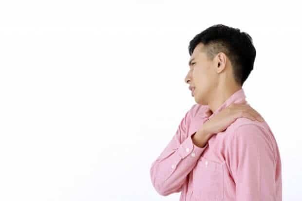 背中の痛い男性