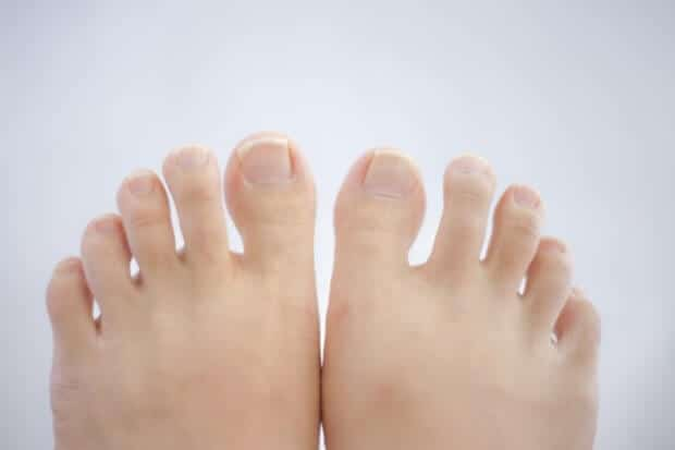 女性の足の指