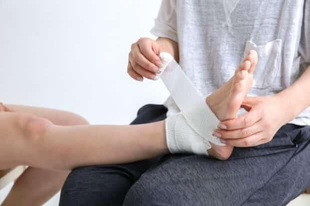 足をケガした女性