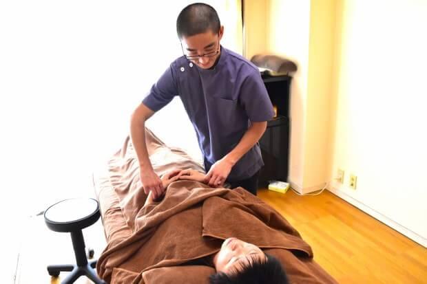 身体診察をする鍼灸師