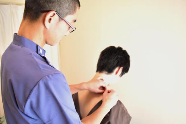 肩に鍼の施術をする鍼灸師2