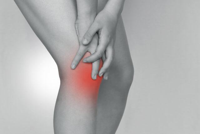 膝の痛い女性の写真